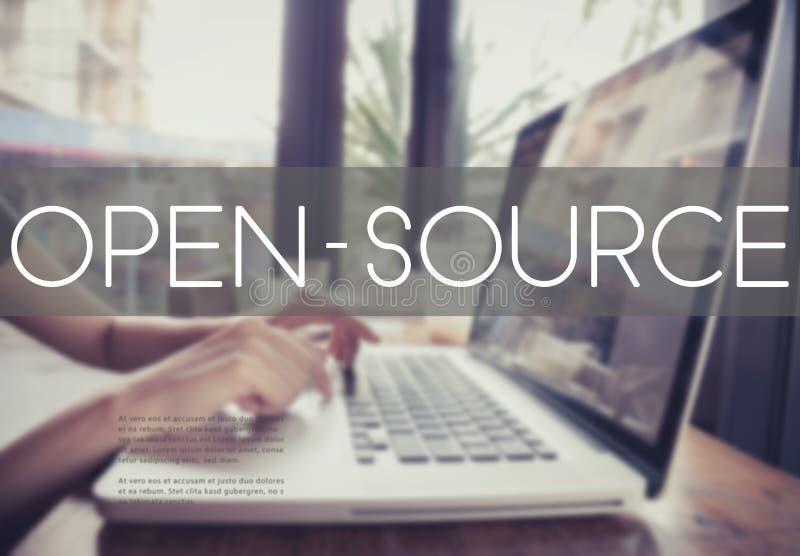 键入在有开放来源的一个膝上型计算机键盘的企业手 免版税图库摄影