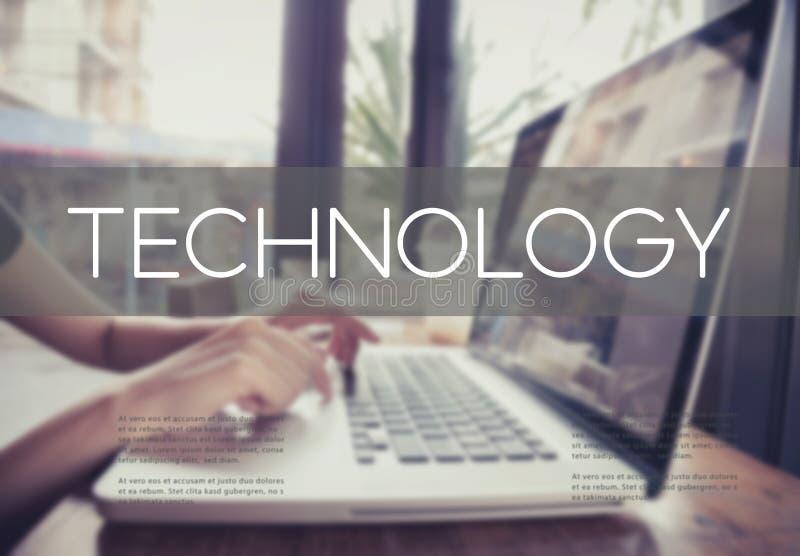 键入在有技术的一个膝上型计算机键盘的企业手 库存图片