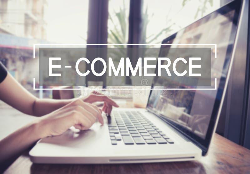 键入在有电子商务的一个膝上型计算机键盘的企业手 库存图片