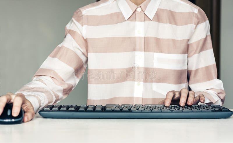 键入在白色桌,企业概念上的键盘计算机上的手妇女特写镜头 库存照片