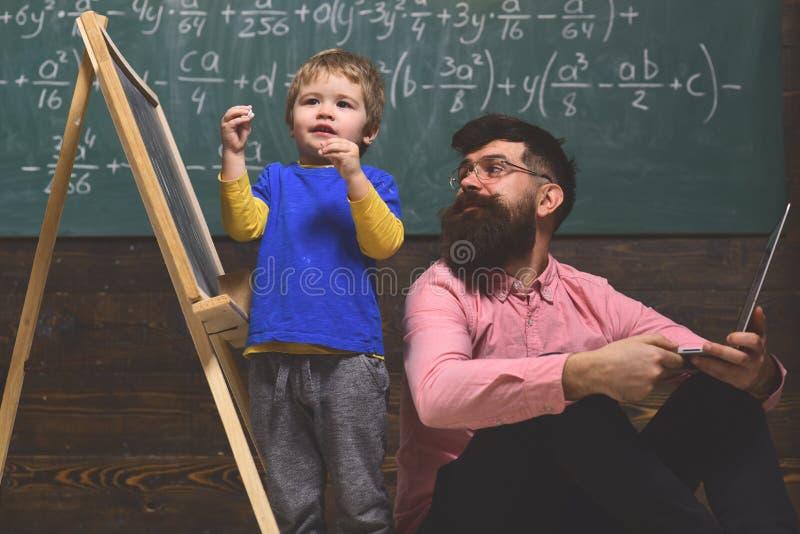 键入在膝上型计算机的企业家庭教师在工作场所在教室 好老师挑战并且启发 老师给私有 免版税库存图片