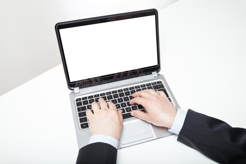 键入在膝上型计算机的商人 免版税库存照片