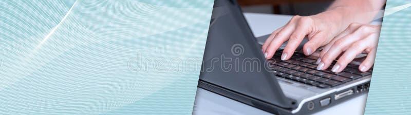 键入在膝上型计算机键盘的手 全景的横幅 皇族释放例证
