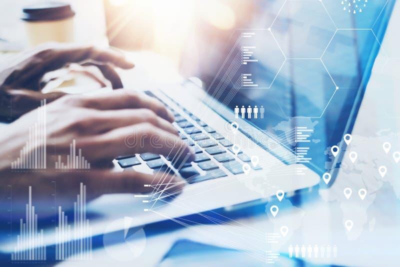 键入在膝上型计算机键盘的男性手特写镜头视图 工作在现代笔记本的办公室的商人 概念的数字式 免版税库存照片