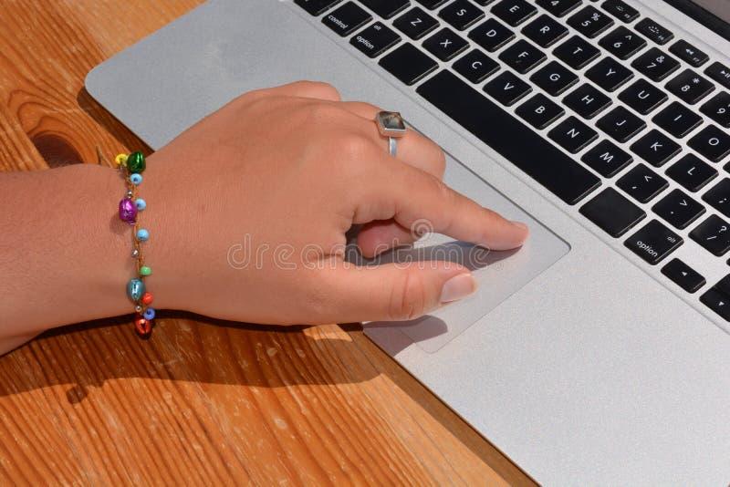 键入在膝上型计算机键盘 图库摄影