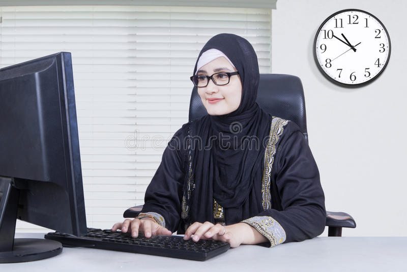键入在键盘的阿拉伯女实业家 库存图片