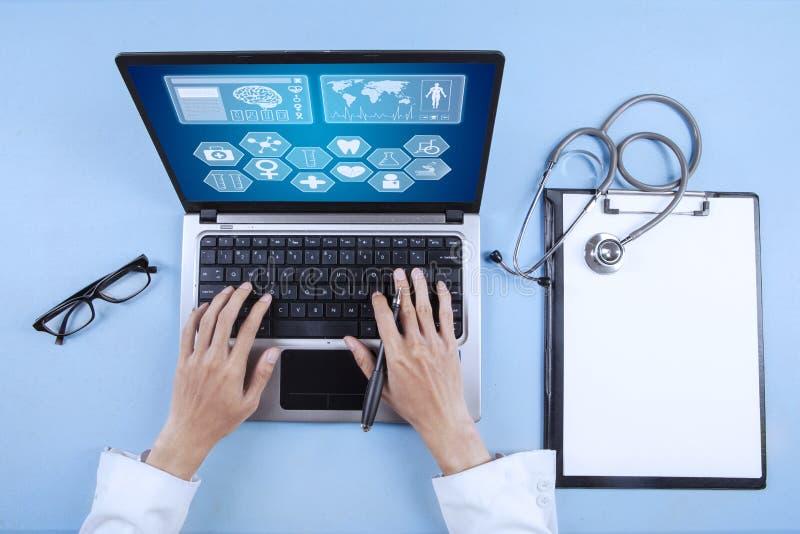 键入在键盘的医生 免版税图库摄影