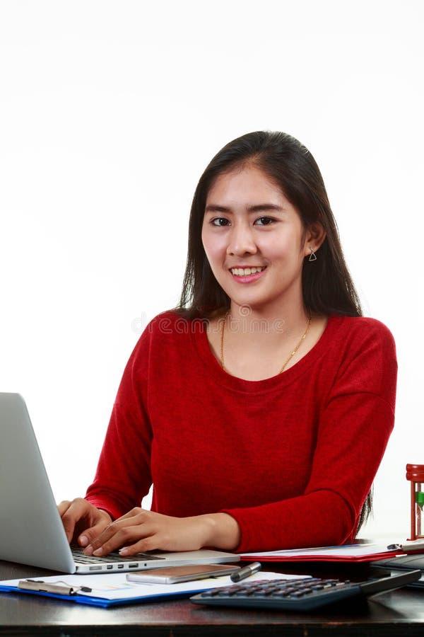 键入备忘录的年轻亚裔妇女 免版税库存图片