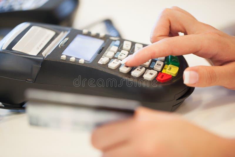 键入Pin代码到卡片阅读机里 库存图片