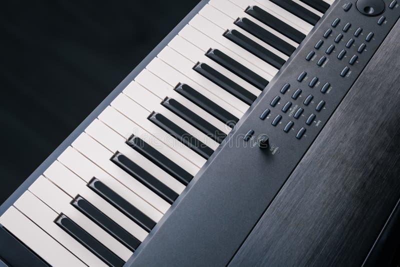 琴键合成器特写镜头钥匙顶视图 图库摄影