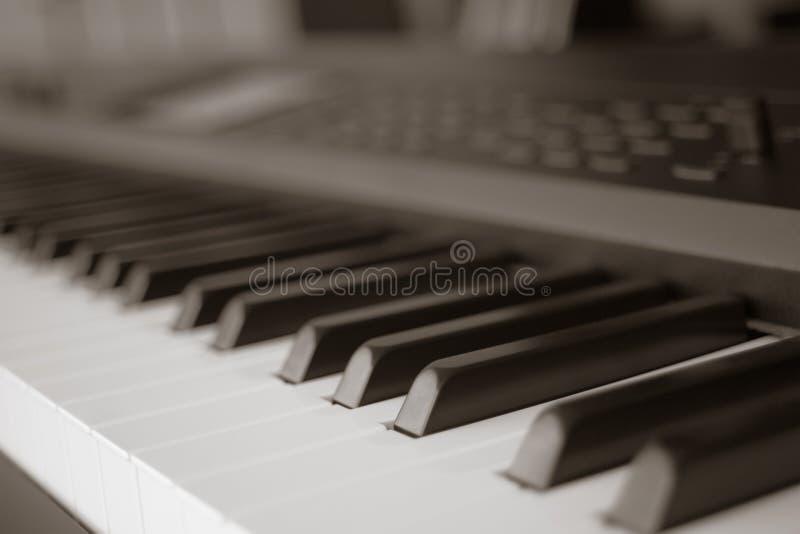 琴键合成器特写镜头钥匙额骨抽象迷离  免版税库存照片