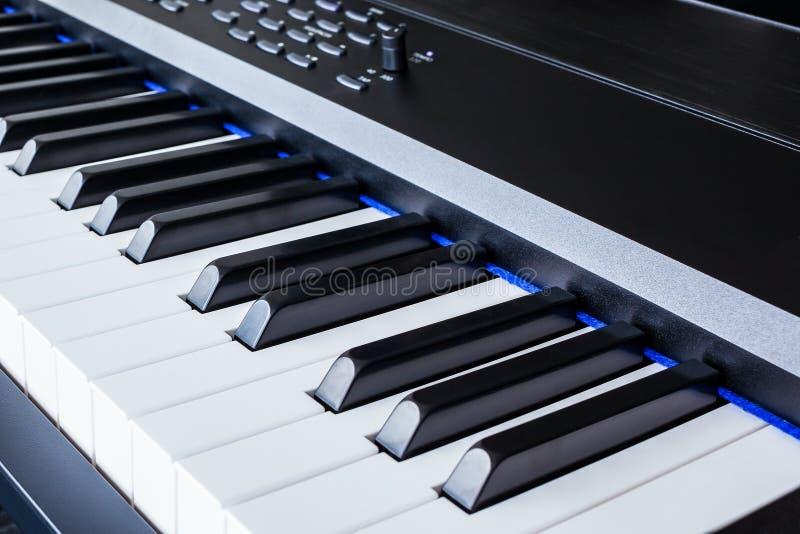 琴键合成器特写镜头钥匙额骨视图 库存图片