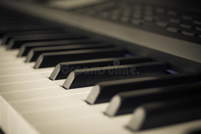 琴键合成器特写镜头钥匙fr抽象背景  免版税库存图片