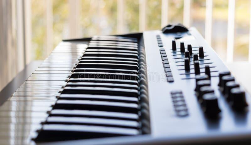 键盘仪器和它的录音室质量 免版税库存照片