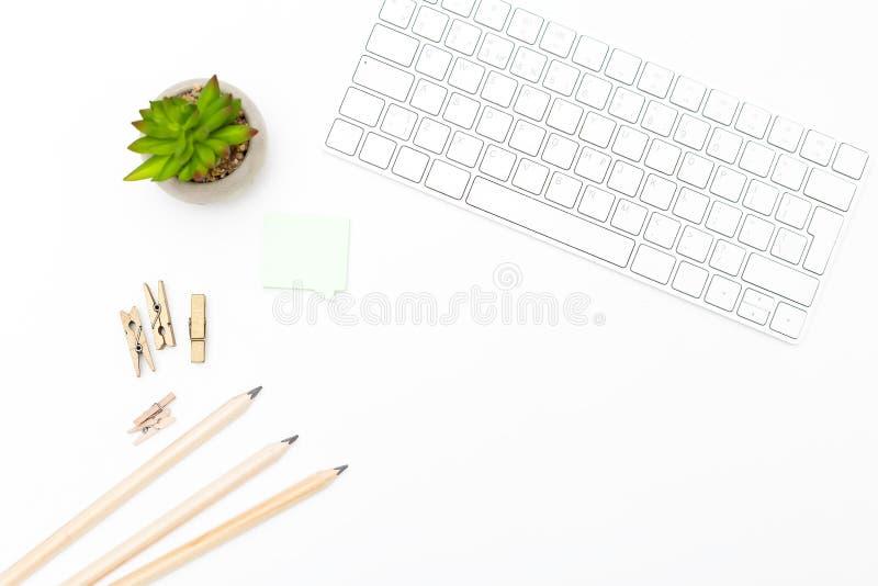 键盘和办公用品在白色背景 斯堪的纳维亚语 库存照片