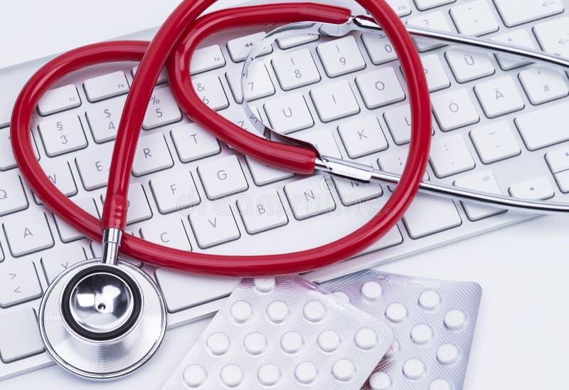 键盘和听诊器 免版税库存照片