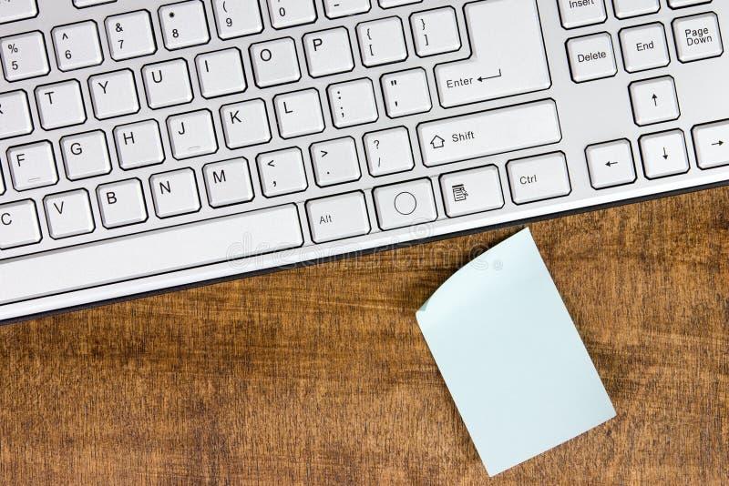 键盘和空白的备忘录 免版税图库摄影