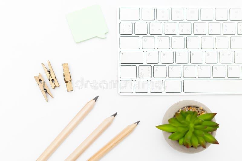 键盘和铅笔在白色背景 斯堪的纳维亚样式 库存照片