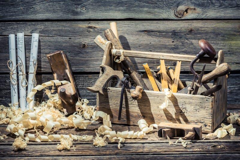 锯、锤子和凿子在木匠业车间 库存照片