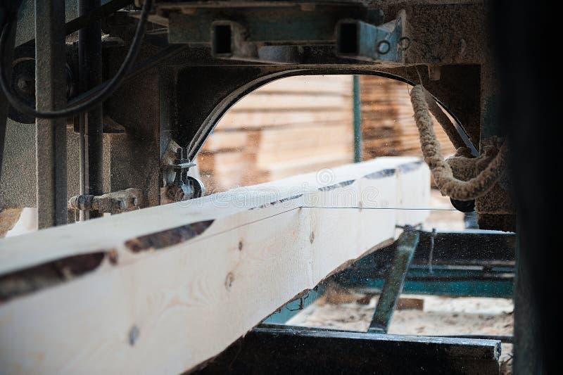 锯木厂 使用为切开在委员会的木头 库存照片