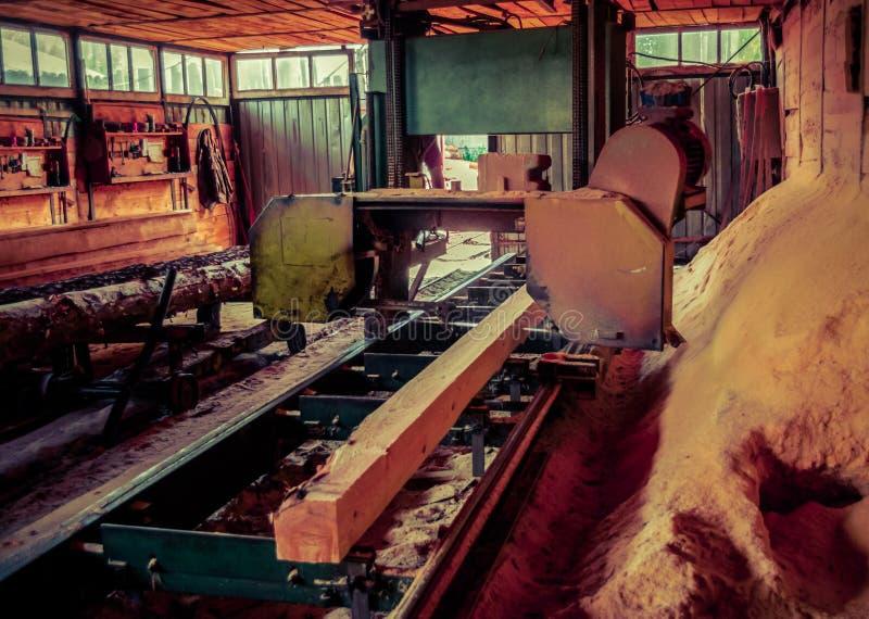 锯木厂 加工的过程注册锯木厂机器锯树干 免版税库存图片