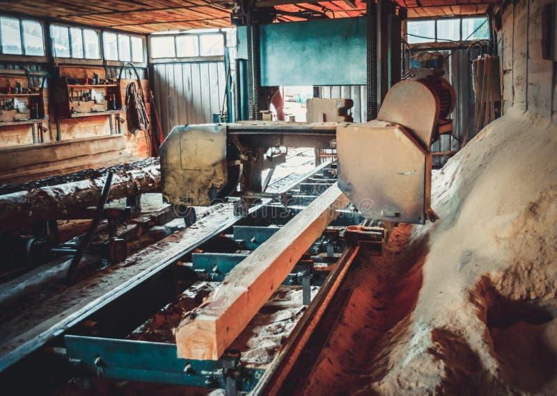 锯木厂 加工的过程注册锯木厂机器锯树干 免版税图库摄影