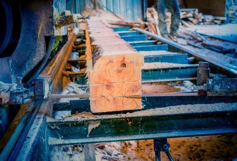 锯木厂 加工的过程注册锯木厂机器锯t 免版税图库摄影