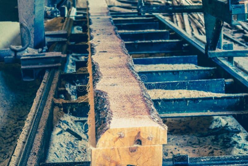 锯木厂 加工的过程注册锯木厂机器锯t 免版税库存图片