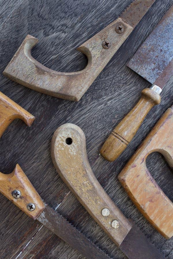 锯/老手锯细节在木背景 库存照片