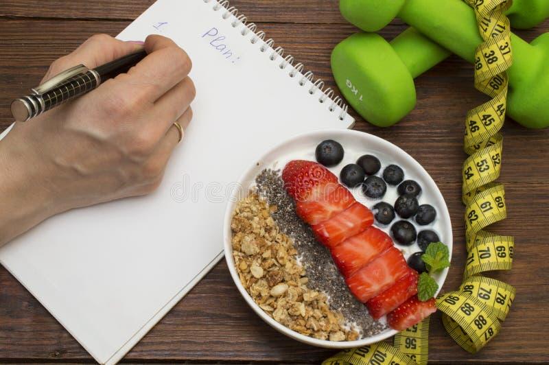 锻炼和健身节食的拷贝空间日志 哑铃、菜圆滑的人和测量的磁带在土气木桌上 免版税库存照片