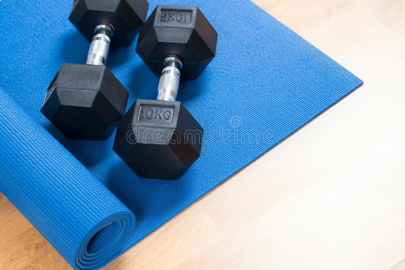 锻炼席子和哑铃 免版税库存照片