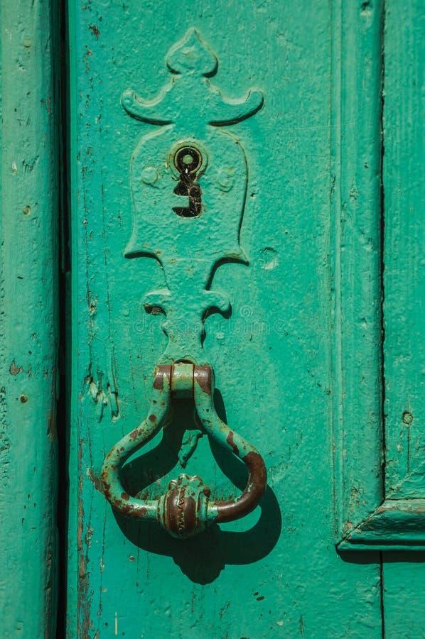 锻铁匙孔和处理在一个老木门 免版税图库摄影