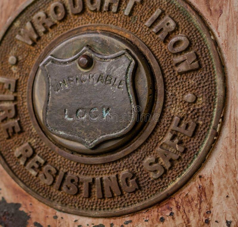 锻铁古色古香的锁接近的细节  免版税图库摄影