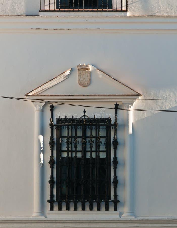 锻铁在西班牙公共建筑的窗口保护 免版税库存照片