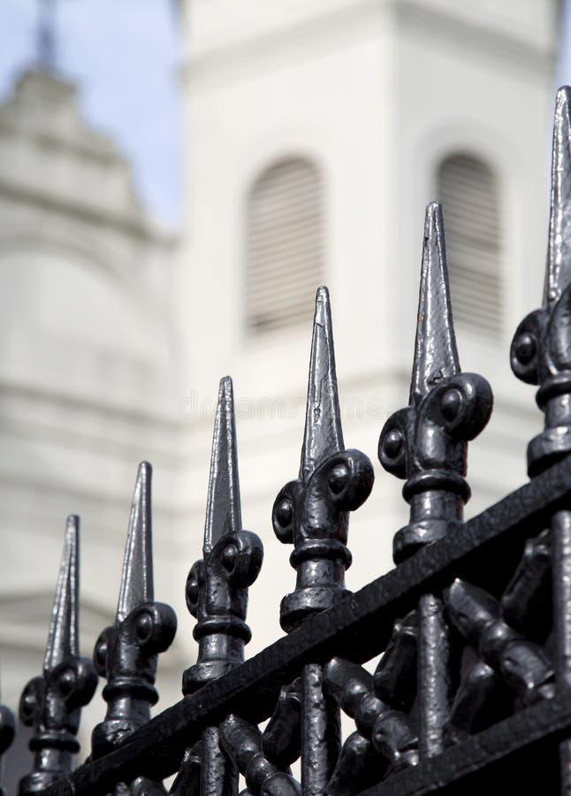 锻铁篱芭和圣路易大教堂在新奥尔良 免版税库存照片
