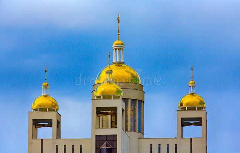镀金正统大教堂的圆顶反对蓝天的 免版税库存照片