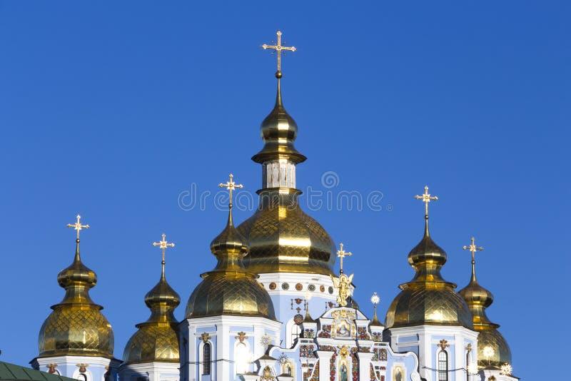 镀金正统大教堂的圆顶反对蓝天的 免版税图库摄影