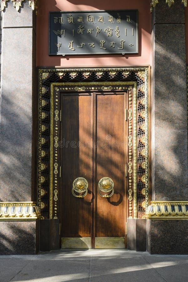 镀金的和巨大的树 入口,门,对佛教寺庙的门 可靠的保护的概念 库存图片