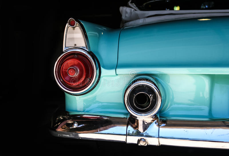 镀铬敞篷车水色后方尾巴光、bumber和尾气  库存照片