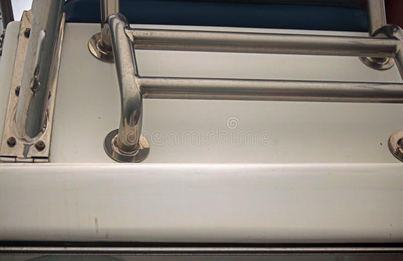 镀铬步和栏杆在力量小船 免版税库存图片