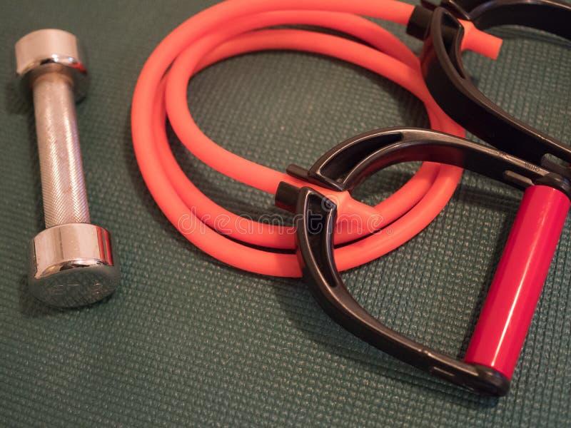 镀铬物哑铃和橙色抵抗Tubepp 库存图片