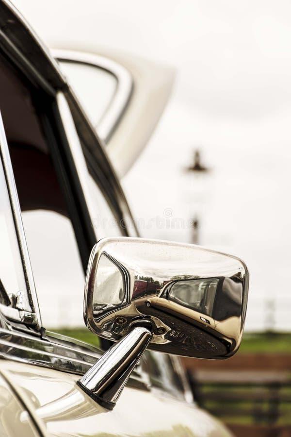 镀铬物被恢复的奥斯汀小游艇船坞的后视镜开放在一次经典汽车集会期间 免版税库存图片
