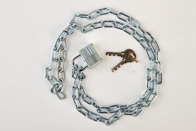 从镀铬物链子的圈子形状 免版税库存照片