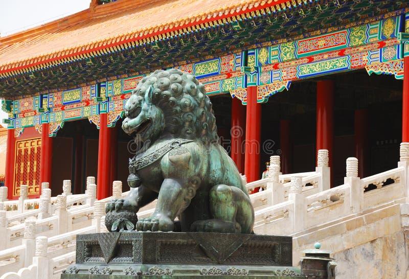 镀青铜城市禁止的狮子 图库摄影