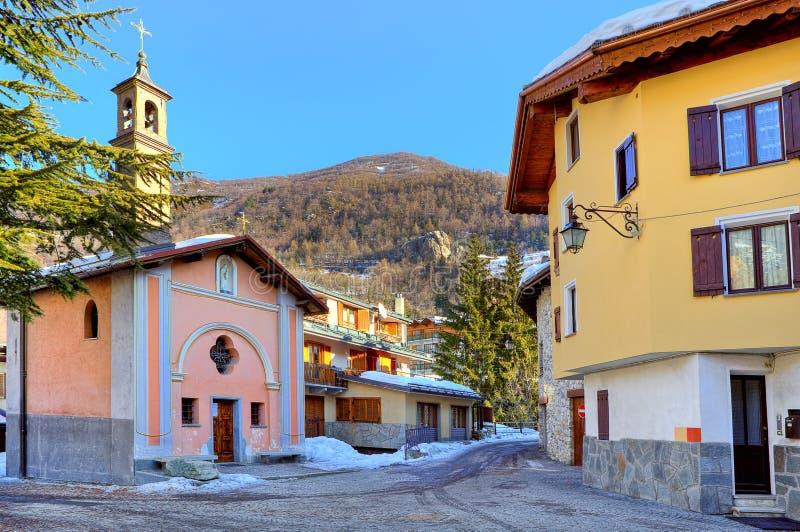 镇中心和小教堂在利莫内皮耶莫恩泰。 免版税库存图片