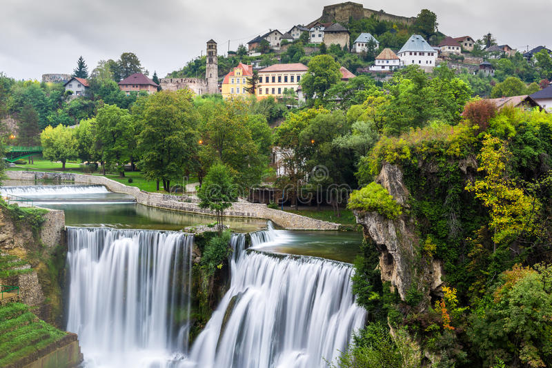 镇亚伊采和Pliva瀑布(波黑) 免版税库存图片