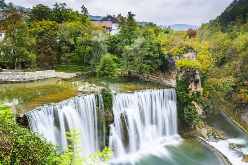 镇亚伊采和Pliva瀑布(波黑) 库存图片