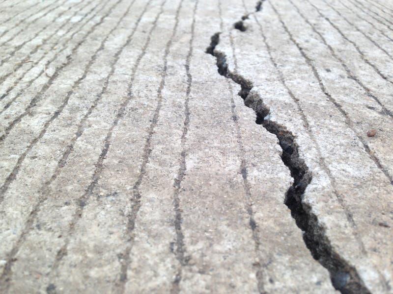 镇压,空隙,混凝土板这是由非标准建筑造成的 库存图片