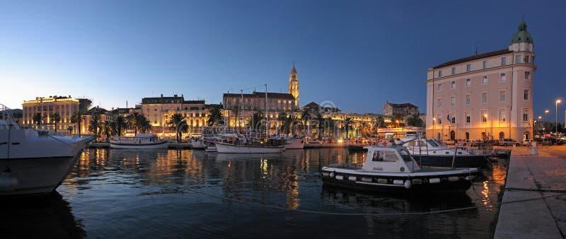 镇在克罗地亚, Diocletian宫殿从海边的夜视图分裂了 免版税库存图片