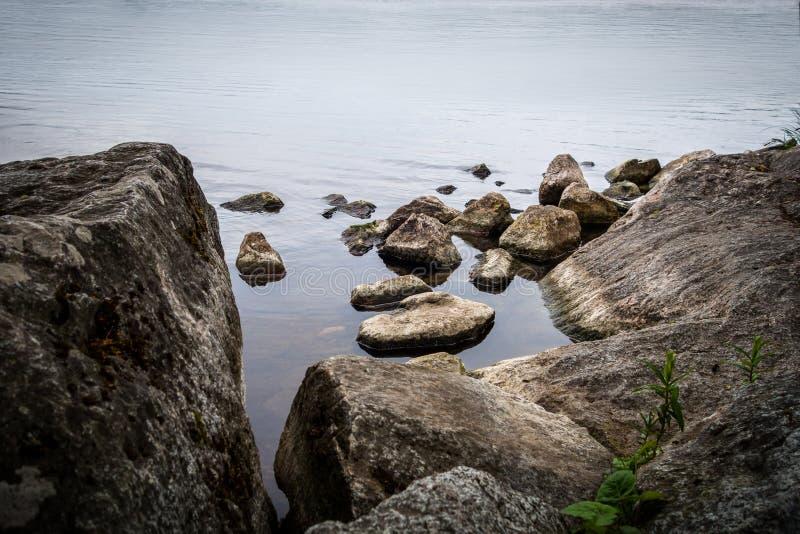 镇静与岩石和石头的水平安和平静的场面在水渐近 图库摄影